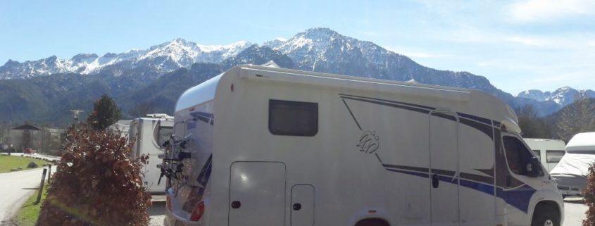 Frühlingscamping vor einem Berg
